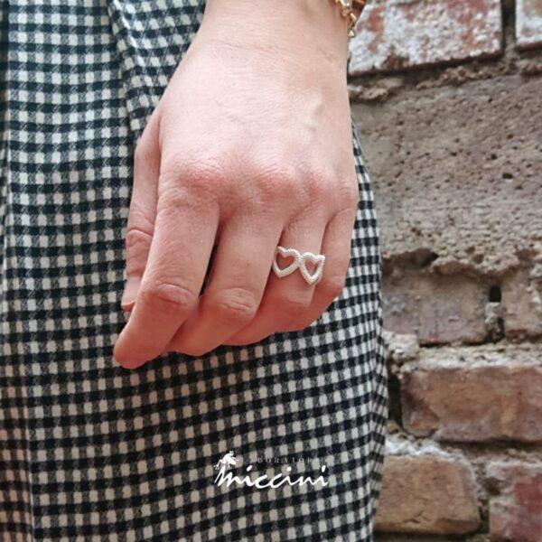 anello con fascia di cuori puntinati in argento