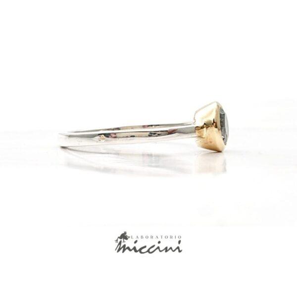 anello con diamante grigio, castone in oro e gambo in argento