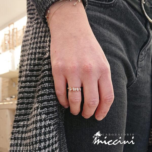 anello in argento rosato con zirconi taglio baguette