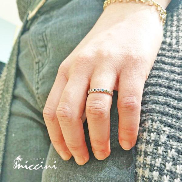 anello in argento 925 con fila di zirconi colorati