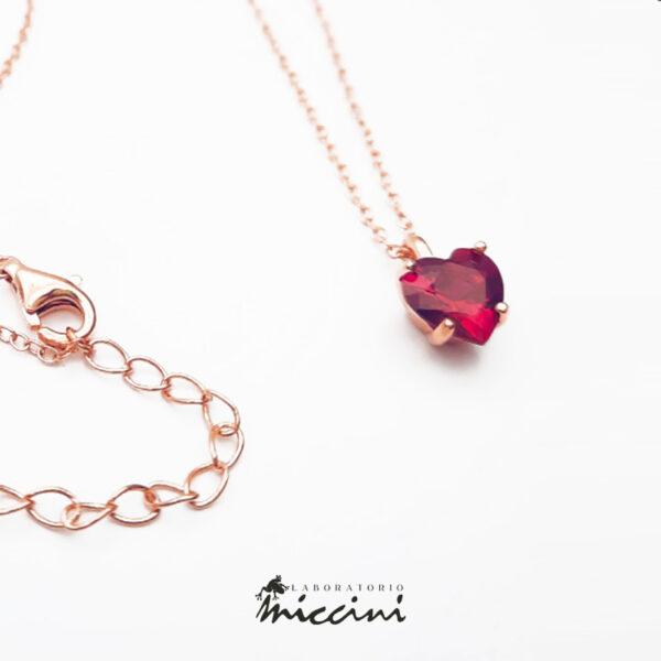 pendente di zircone rosso incastonato su argento rosato
