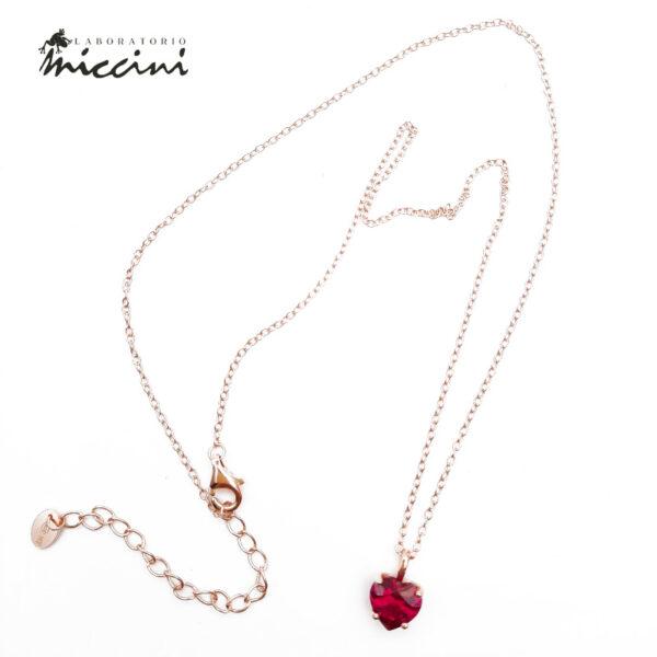 collana con pendente rosso a forma di cuore