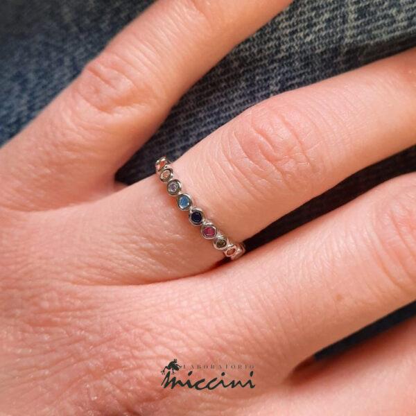 anello in argento dorato con zirconi arcobaleno