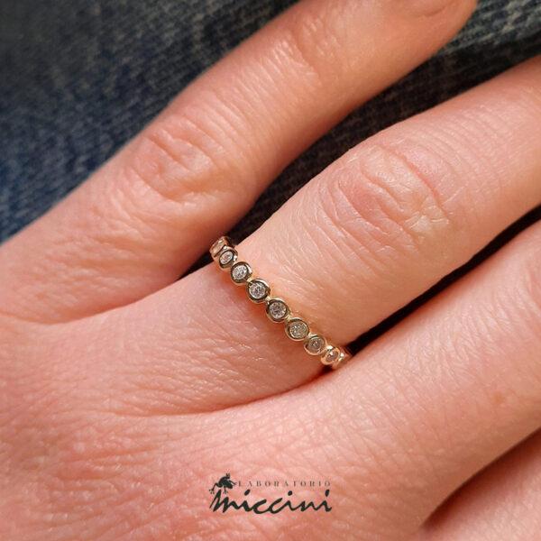 anello in argento dorato con zirconi bianchi