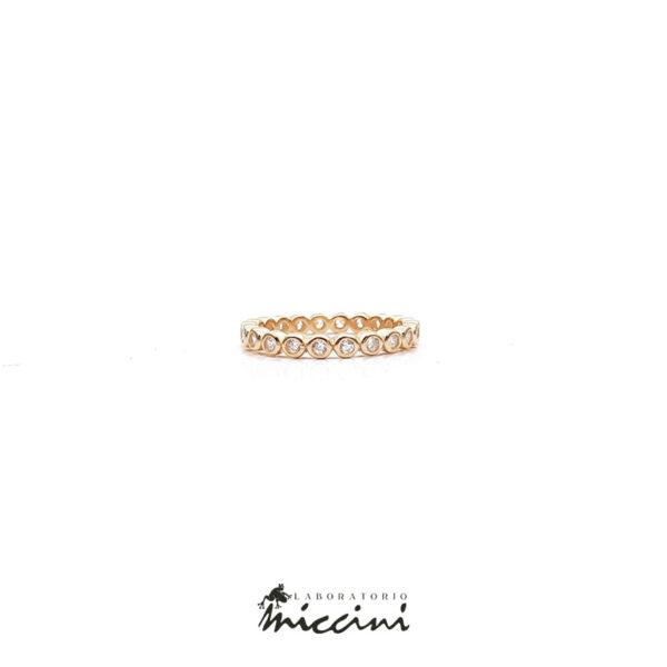 anello a fedina in argento dorato con zirconi bianchi