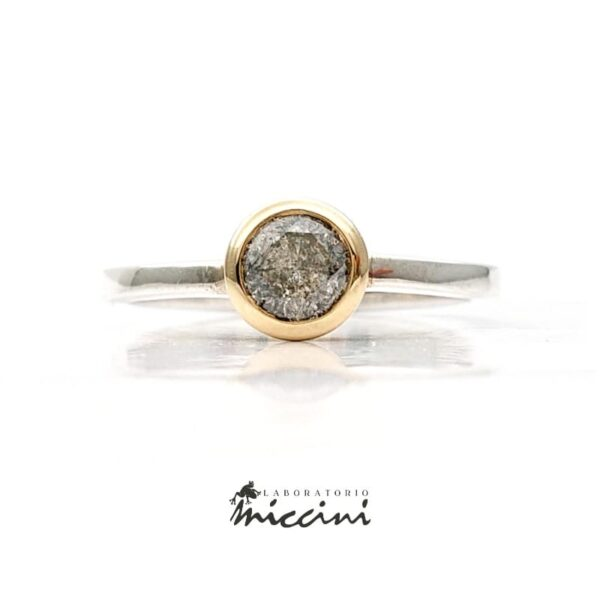 anello solitario con diamante grigio
