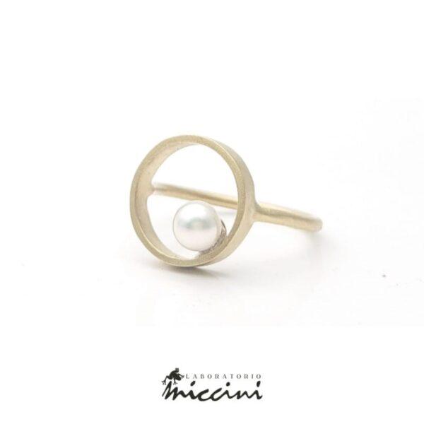 anello contemporaneo a cerchio con perla