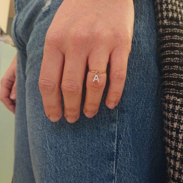 anello con iniziale a ciondolo con zirconi
