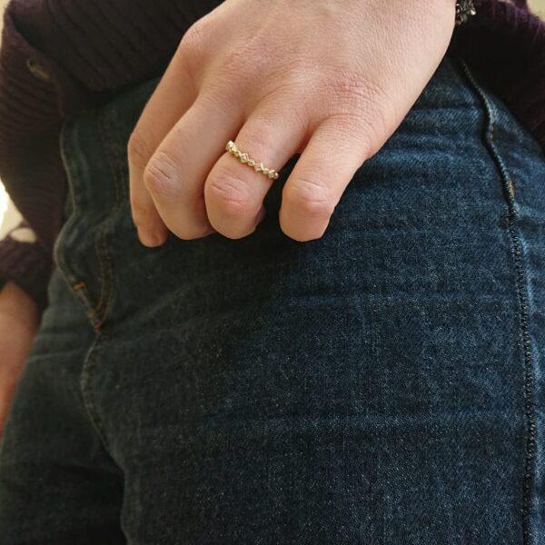 anello con fila di diamanti taglio carrè e taglio brillante