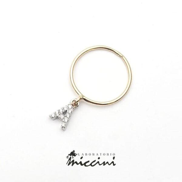 anello in oro con ciondolo a forma di iniziale con zirconi