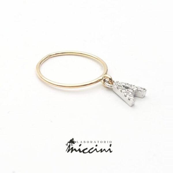 anello fedina con ciondolo a forma di lettera