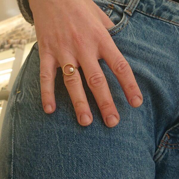 anello con perla in oro giallo