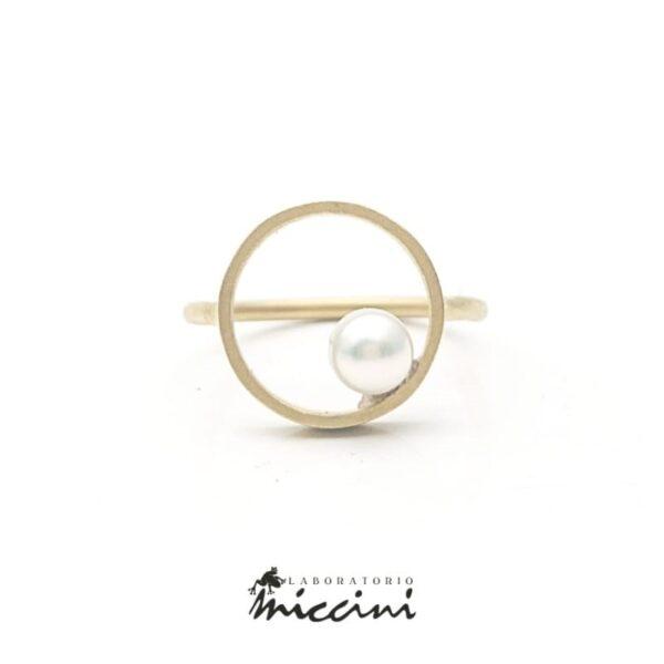 anello a cerchio in oro giallo satinato con perla