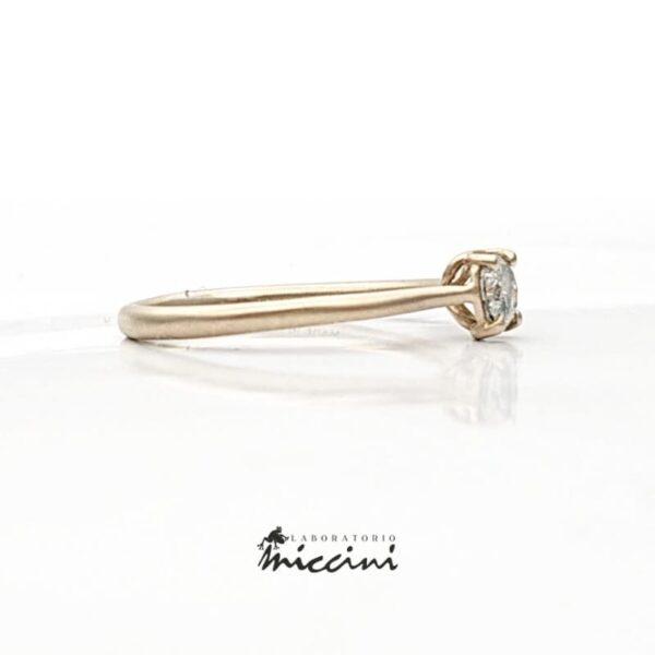 anello fatto a mano con diamante grigio