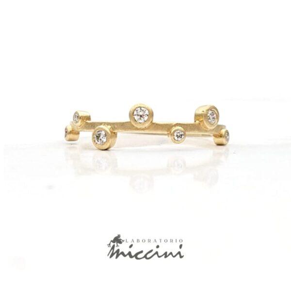 Anello in oro con diamanti sfalsati