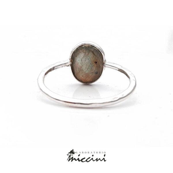 anello con pietra ovale in argento