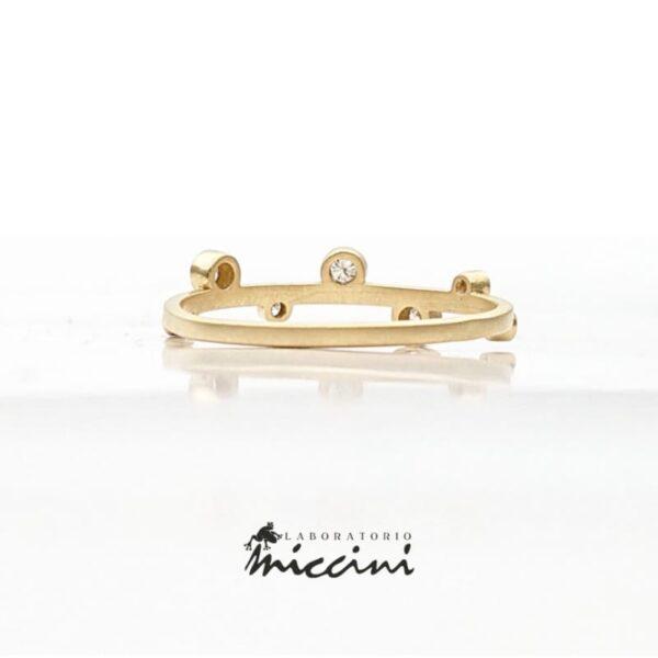 anello con diamanti in oro giallo satinato
