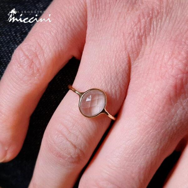 anello con pietra rosa in argento dorato