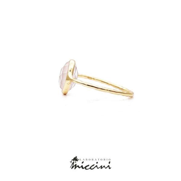 anello con quarzo rosa ovale sfaccettato