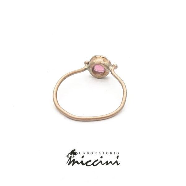 anello con tormalina rosa taglio cabochon