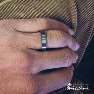 anello a fascia da uomo in argento nero