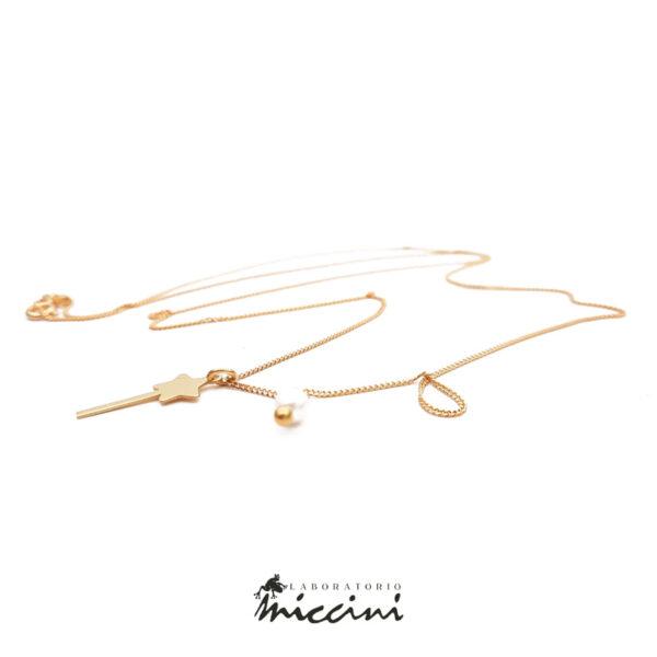 ciondolo in argento dorato a forma di bacchetta magica e catenina in argento dorato