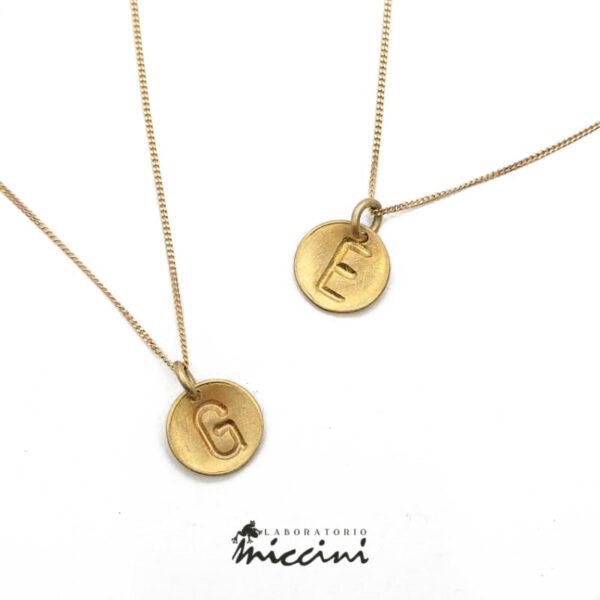 collana fatta a mano in argento con iniziale