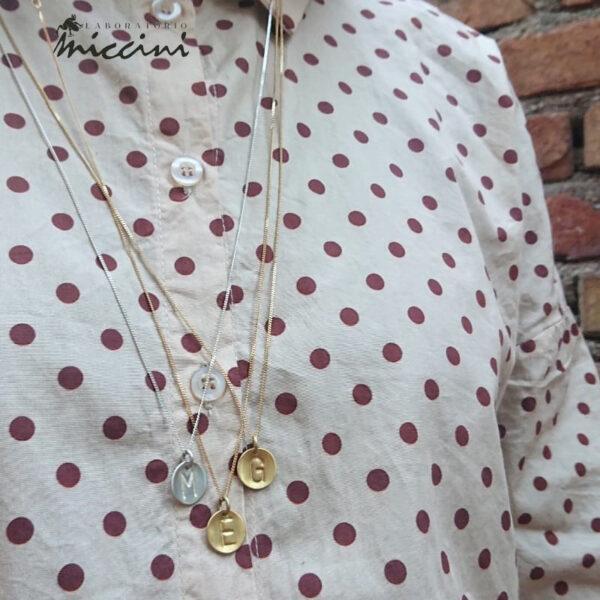collana con iniziale in argento fatta a mano