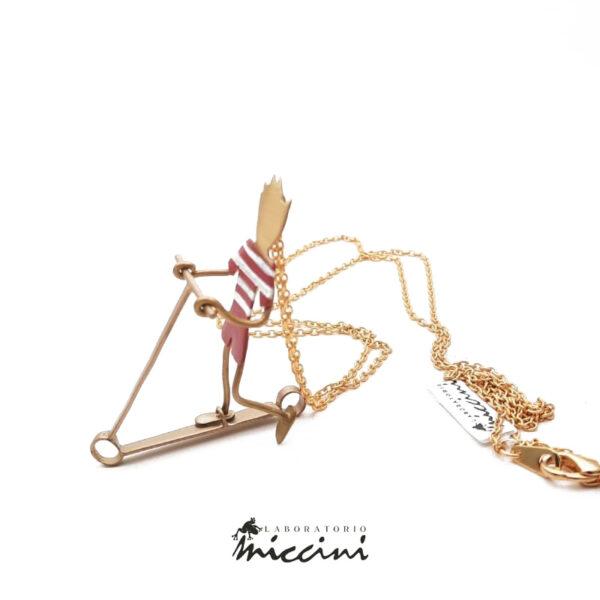 collana in ottone dorato con bimbo in monopattino rosso