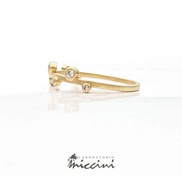 fedina in oro con diamanti di varie dimensioni