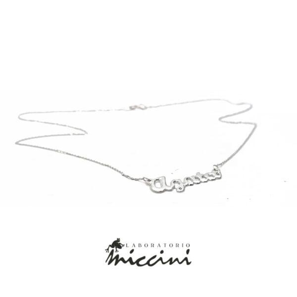 collana girocollo in oro bianco con nome traforato a mano