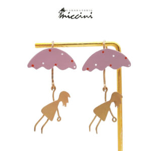 orecchini in ottone dorato con bambine con ombrello rosa