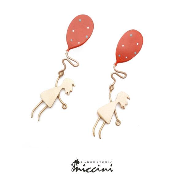 orecchini in ottone dorato a forma di bambina con palloncino rosso