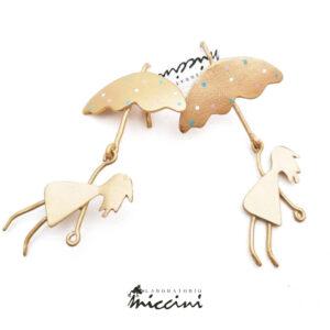 orecchini in ottone dorato a forma di bambina con ombrello