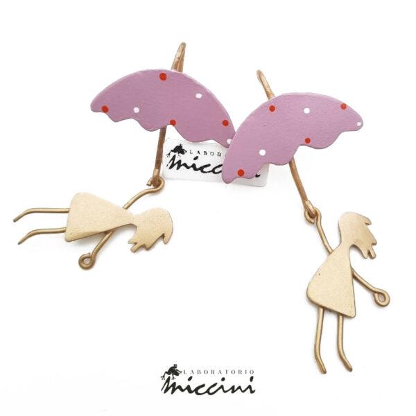 orecchini fantasia a forma di bambina con ombrello rosa