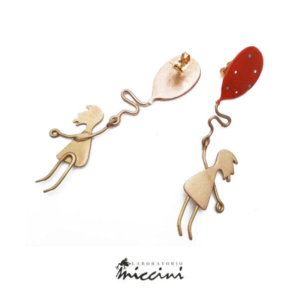 orecchini fantasia a forma di bambina in ottone dorato smaltato a mano