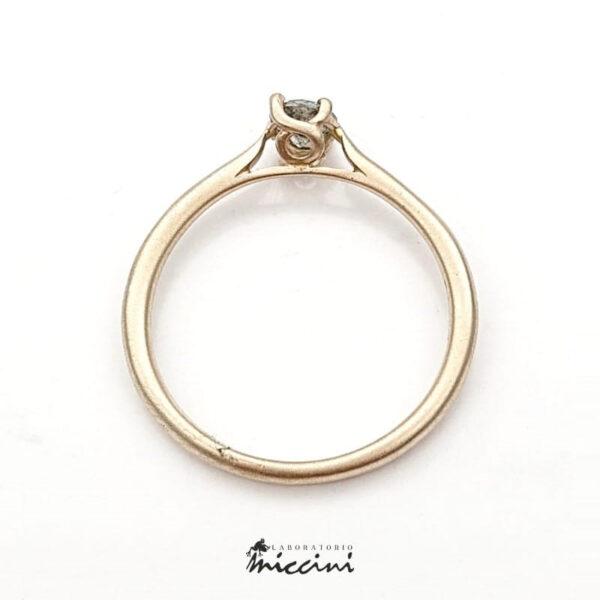 anello in oro bianco naturale con diamante grigio
