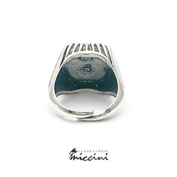 anello da uomo con onice naturale di forma quadrata