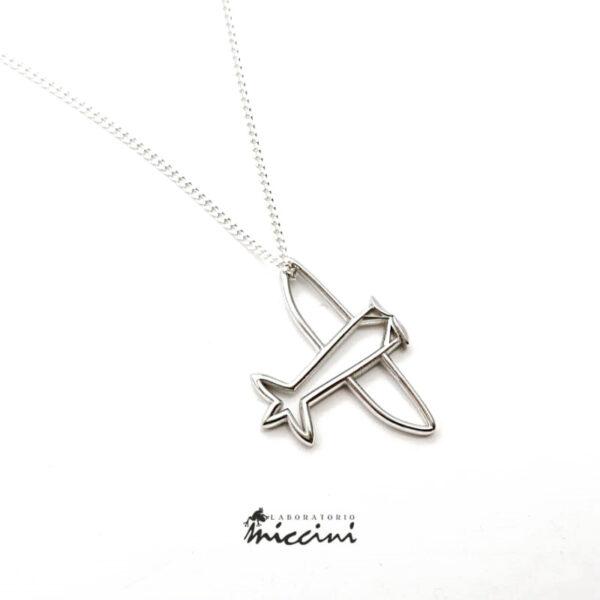 collana con ciondolo a forma di aeroplano in oro bianco