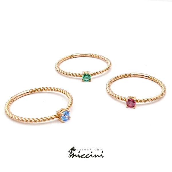 anello solitario in oro con gambo ritorto e zircone colorato