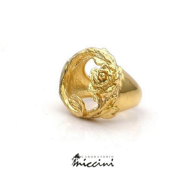 anello aperto in argento dorato con rosa