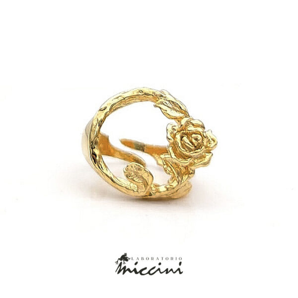 anello a forma di tralcio di rosa in argento dorato