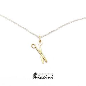 Collanina in argento con ciondolo in oro a forma di forbici