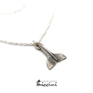 collana con ciondolo a forma di coda di balena