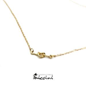 collanina in oro con centrale a forma di nodo semplice