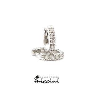 orecchini a cerchio in oro bianco e diamanti