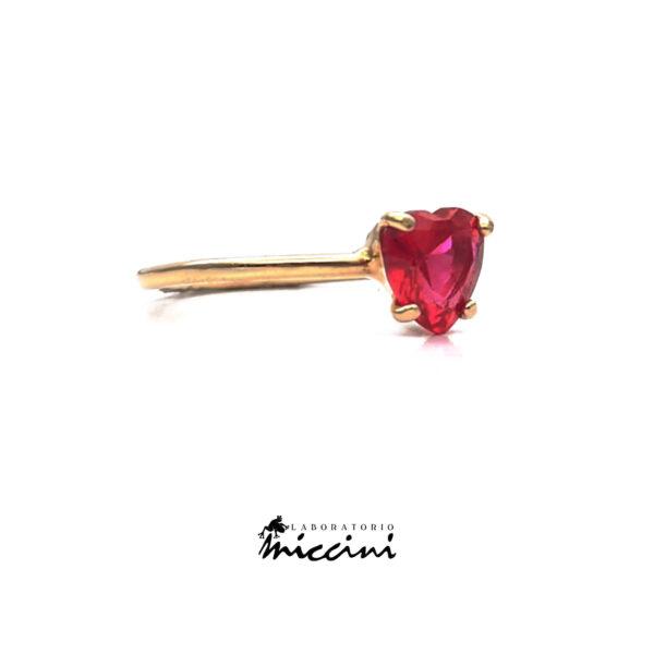 anello con pietra a forma di cuore rosso in oro giallo