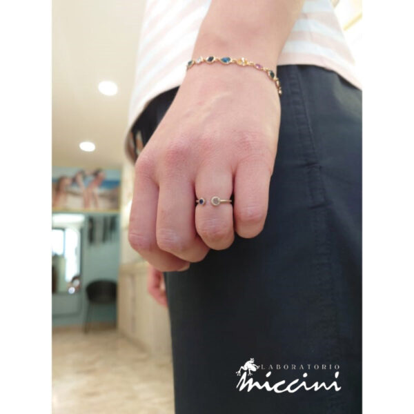 anello in oro bianco con zaffiro