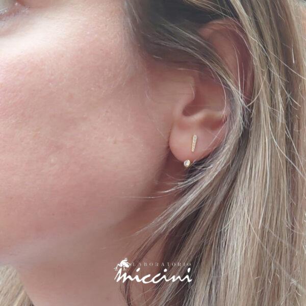 orecchini con zirconi a forma di punto esclamativo