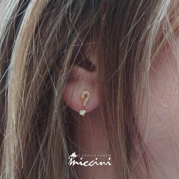 orecchini con punto interrogativo